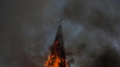 Photo of Iglesias quemadas y violencia empañaron masiva manifestación en Chile